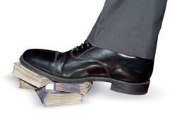 Punti del piedino dell'uomo su soldi Fotografie Stock