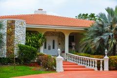 Punti del sud lussuosi della casa di Florida alla porta Fotografia Stock