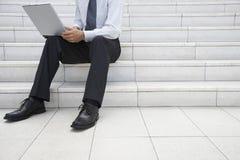Punti dell'ufficio di Using Laptop On dell'uomo d'affari Fotografia Stock Libera da Diritti