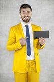 Punti dell'uomo d'affari alla busta Fotografia Stock