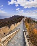Punti della grande muraglia della Cina - giù panorama di verde Fotografia Stock