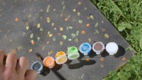 Punti della pittura della mano dell'artista archivi video