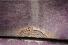 Punti della ruggine sull'automobile di colore di Borgogna fotografie stock libere da diritti