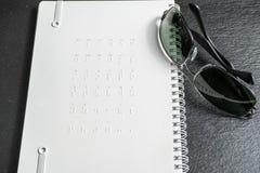 Punti di Braille - lettura senza vedere alfabeto di Braille alla parte posteriore del taccuino fotografia stock