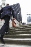 Punti di With Briefcase Ascending dell'uomo d'affari Fotografie Stock Libere da Diritti