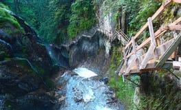 Punti di cliffside della cascata Fotografie Stock