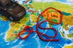 Punti di destinazione automobilistici di viaggio sulla mappa di mondo indicata con le puntine da disegno variopinte e la profondi Immagine Stock Libera da Diritti