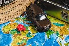 Punti di destinazione automobilistici di viaggio sulla mappa di mondo indicata con le puntine da disegno variopinte, la corda e l Fotografie Stock Libere da Diritti