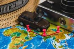 Punti di destinazione automobilistici di viaggio sulla mappa di mondo indicata con le puntine da disegno variopinte, la corda e l Immagini Stock