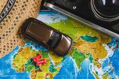 Punti di destinazione automobilistici di viaggio sulla mappa di mondo indicata con le puntine da disegno variopinte, la corda e l Fotografia Stock Libera da Diritti