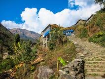 Punti di pietra che portano ad un villaggio di trekking nel Nepal Immagini Stock