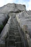 Punti di pietra sulla scogliera della roccia Immagini Stock