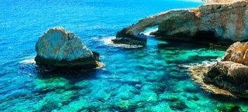 Punti di riferimento del Cipro - ponte stupefacente della roccia e del mare vicino a Agia Napa Fotografia Stock
