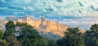 Punti di riferimento dell'India - panorama con la fortificazione ambrata Città di Jaipur immagini stock