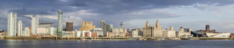 Punti di riferimento di fama mondiale delle costruzioni dell'Unesco di panorama di lungomare di Liverpool fotografia stock