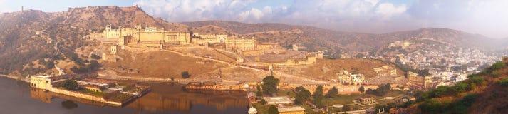 Punti di riferimento indiani - panorama con la fortificazione ambrata, il lago e la città Immagine Stock Libera da Diritti