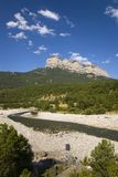 Punti di vista del fiume e della montagna di Parque National de Ordesa vicino a Ainsa, Huesca, Spagna in montagne di Pirenei Immagini Stock
