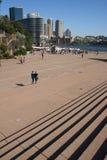 Punti e cortile esterno del Teatro dell'Opera di Sydney immagini stock libere da diritti