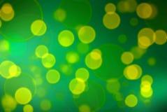 Punti gialli sul fondo verde di pendenza Fotografie Stock