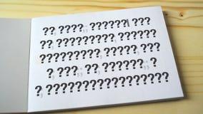 Punti interrogativi alla pagina del taccuino stock footage