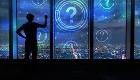 Punti interrogativi con l'uomo dalle grandi finestre alla notte Fotografia Stock Libera da Diritti