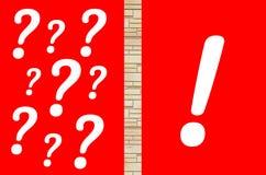 Punti interrogativi e contrassegno di esclamazione fotografie stock libere da diritti