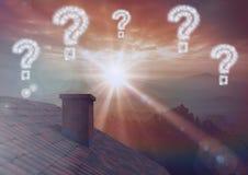 Punti interrogativi sopra il tetto ed il cielo maestoso Immagine Stock