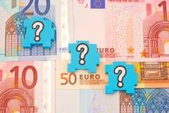 Punti interrogativi sopra l'euro. Fotografia Stock