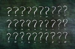 Punti interrogativi sulla lavagna grungy. illustrazione di stock