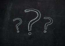 Punti interrogativi sulla lavagna nera Immagini Stock Libere da Diritti
