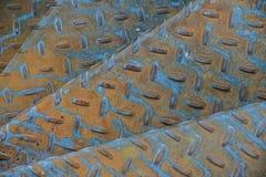 Punti invecchiati del metallo con il modello antisdrucciolevole Fotografia Stock