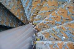 Punti invecchiati del metallo con il modello antisdrucciolevole Fotografie Stock Libere da Diritti