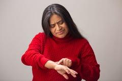 Punti ispani della donna per invecchiare i punti sul braccio fotografie stock libere da diritti