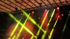Punti luminosi di concerto - fumo e raggi luminosi stock footage