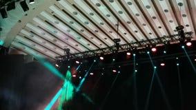Punti luminosi di concerto - fumo e raggi luminosi video d archivio