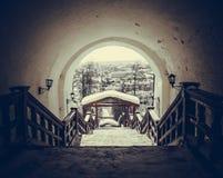 Punti nella vecchia città attraverso l'arco del Cremlino Fotografia Stock