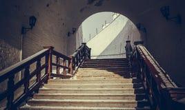 Punti nella vecchia città attraverso l'arco del Cremlino Immagini Stock Libere da Diritti