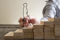 Punti rampicanti dell'uomo d'affari dei blocchi di legno Immagini Stock