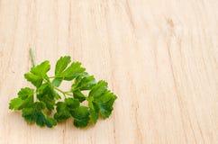 Puntilla del perejil verde orgánico fresco en un fondo de madera foto de archivo