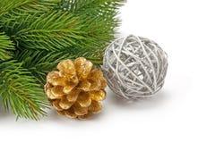 Puntillas spruce de la Navidad y bolas brillantes hermosas Fotografía de archivo