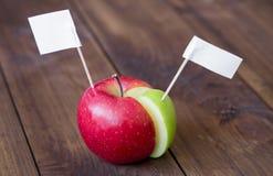 Puntina da disegno delle bandiere bianche sul grafico fatto dalla mela Immagine Stock