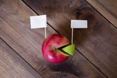 Puntina da disegno delle bandiere bianche sul grafico fatto dalla mela Fotografie Stock Libere da Diritti