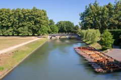 Punting łodzie na rzeczny krzywka w Cambridge fotografia royalty free