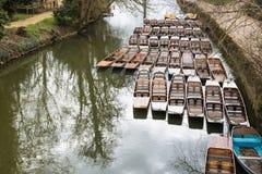 Punting fartyg som förtöjas upp av den Magdelan bron Royaltyfria Foton