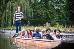 Punting i sommar på flodkammen Royaltyfri Bild