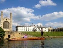 Punting på floden, Cambridge, England royaltyfria bilder