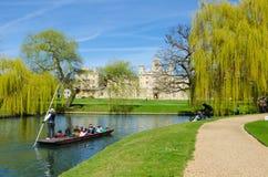 Punting på flodkammen, Cambridge, UK Fotografering för Bildbyråer