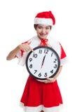 Punto asiático de la muchacha de Santa Claus de la Navidad al reloj en la medianoche Fotos de archivo libres de regalías