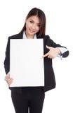 Punto asiático joven de la empresaria a la muestra en blanco vertical Imagen de archivo libre de regalías