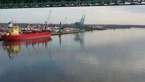 Punto bajo que vuela video aéreo en el río Delaware hacia Walt Whitman Bridge Philadelphia almacen de metraje de vídeo